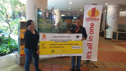 BSBCC receiving mock cheque from 1 Utama Shopping Centre