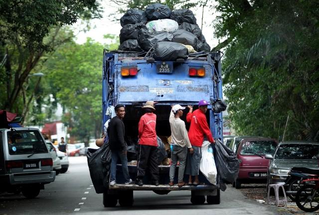 Rubbish truck (Source: Malaysian Insider)